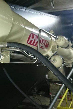 Manifold on hydraulic cylinder of bridge