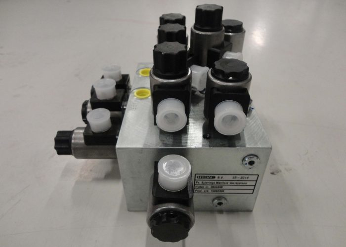 hydraulic manifold with valves