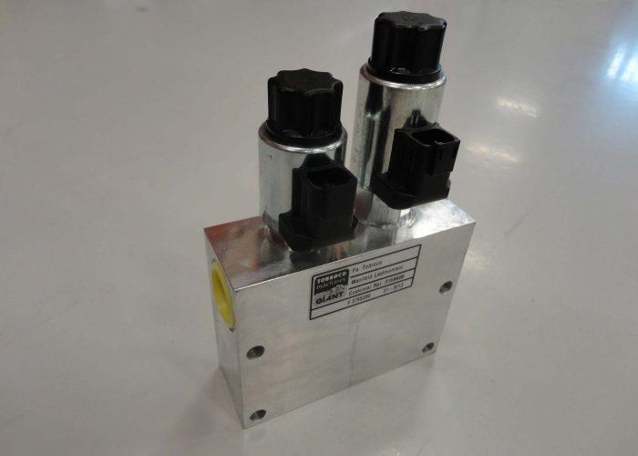 Hydraulic manifold for a wheel loader