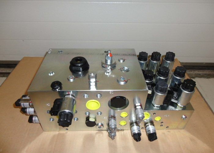hydraulic manifold equipped with sensors and valves