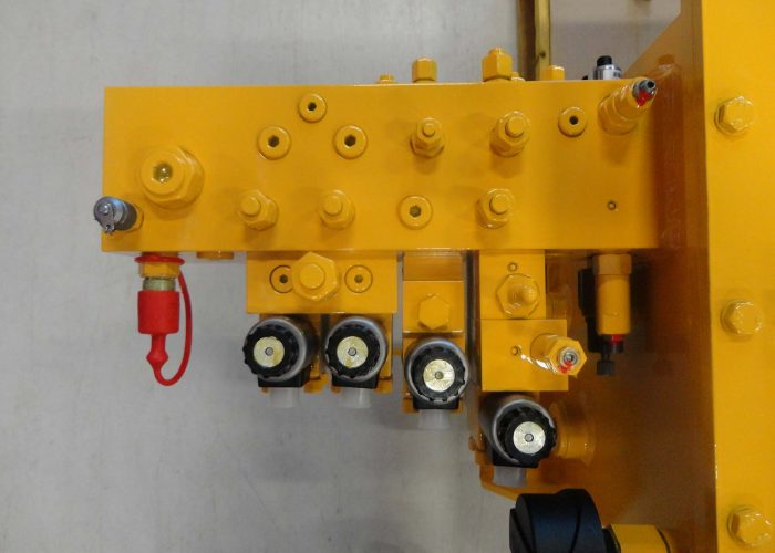 Hydraulic manifold with valves and sensors, part of the hydraulic system of a spreader for a harbour loading system