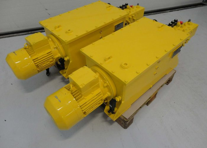 Hydraulic system for spreaders used in harbour loading systems