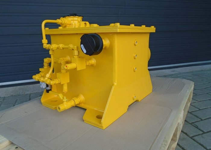 Hydraulic tank with filter, breether filter and valves for a harbour loading system
